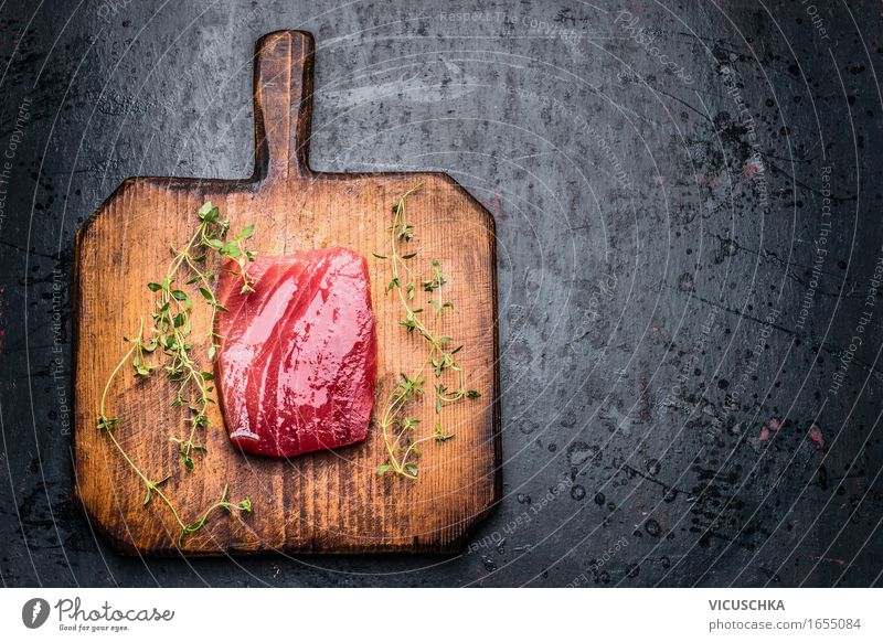 Thunfischsteak für Grill oder Braten auf Schneidebrett Gesunde Ernährung dunkel Essen Foodfotografie Stil Lebensmittel Design Tisch Kochen & Garen & Backen