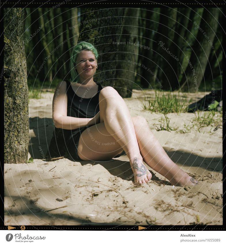 strandklub Freude Ausflug Sommer Junge Frau Jugendliche Beine Fuß 18-30 Jahre Erwachsene Baum Düne Wald Kleid Barfuß langhaarig grünhaarig Sand Erholung Lächeln
