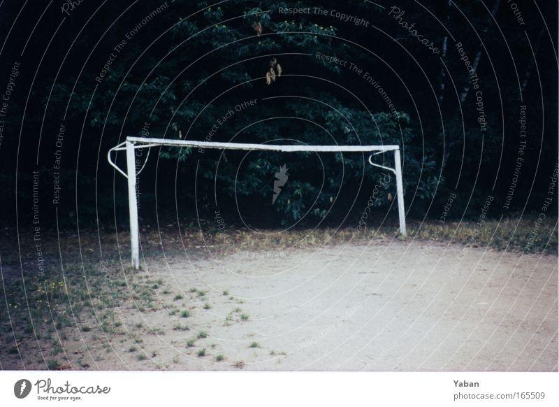 Toooor ..... Menschenleer Freizeit & Hobby Spielen Sport Fußball Sportstätten Fußballplatz Park Wald Spielplatz dunkel eckig einfach trocken Fairness Einsamkeit