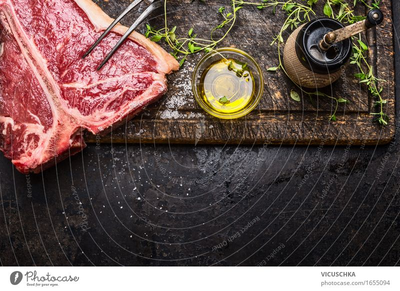 T- Bone Steak mit Öl und Gewürze für Grill oder Braten dunkel Foodfotografie Stil Lebensmittel Design Ernährung Tisch Kochen & Garen & Backen Kräuter & Gewürze