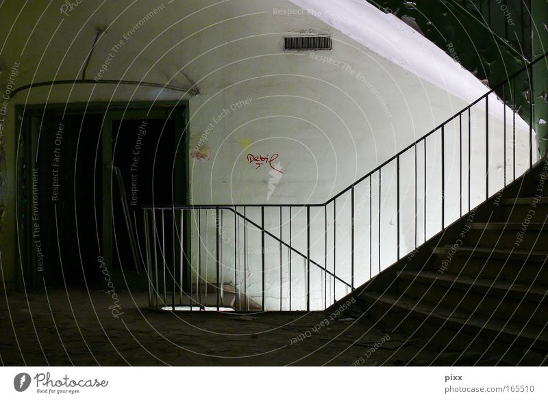 debil alt weiß grün schwarz Graffiti grau dreckig Innenarchitektur Beton ästhetisch authentisch außergewöhnlich Industrie Baustelle bedrohlich einzigartig