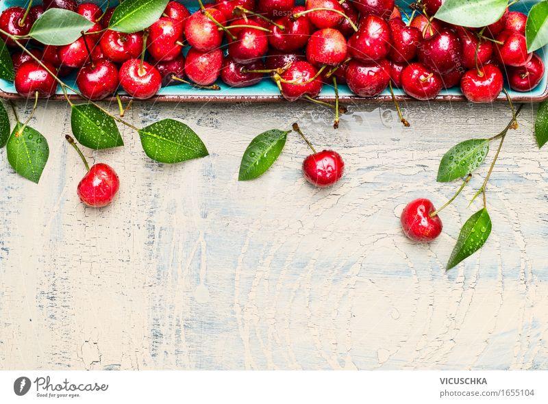 Süßkirschen mit grünen Blättern auf hellem Holz Natur Sommer Gesunde Ernährung Blatt Leben Essen Foodfotografie Stil Garten Lebensmittel Design Frucht frisch