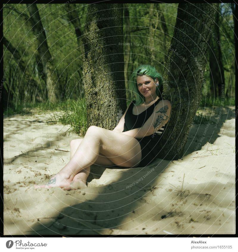 Grünkäppchen Freude Erholung Sommerurlaub Sonnenbad Junge Frau Jugendliche Körper Beine 18-30 Jahre Erwachsene Natur Schönes Wetter Baum Wald Düne Kleid Tattoo