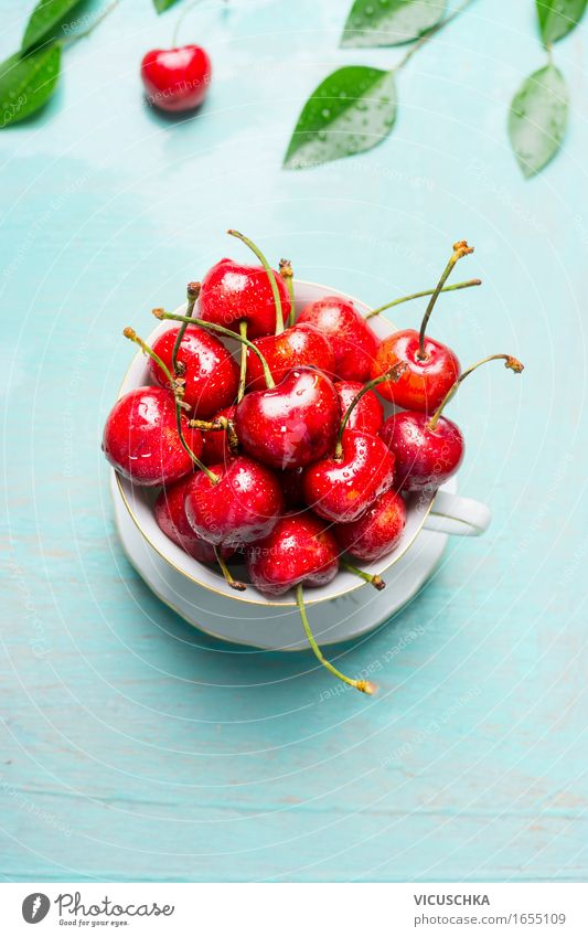 Alte Tasse mit süßen Kirschen Lebensmittel Frucht Dessert Ernährung Frühstück Mittagessen Picknick Bioprodukte Vegetarische Ernährung Diät Lifestyle Stil