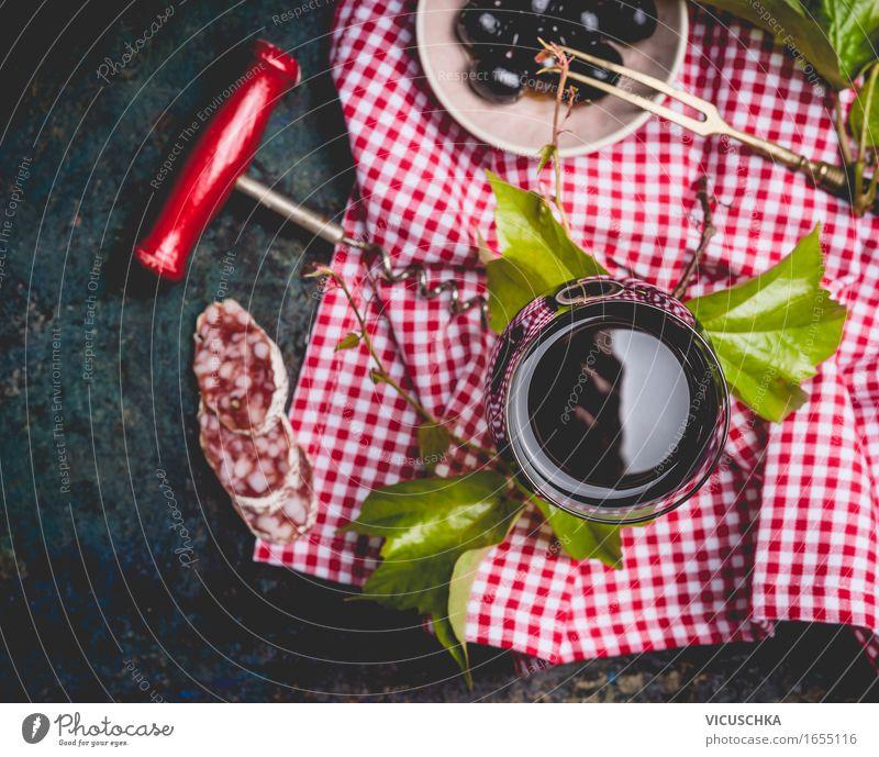 Glas mit Rotwein und Snacks Blatt gelb Stil Lifestyle Lebensmittel Party Design Häusliches Leben Ernährung Tisch Getränk Symbole & Metaphern Wein Restaurant Bar