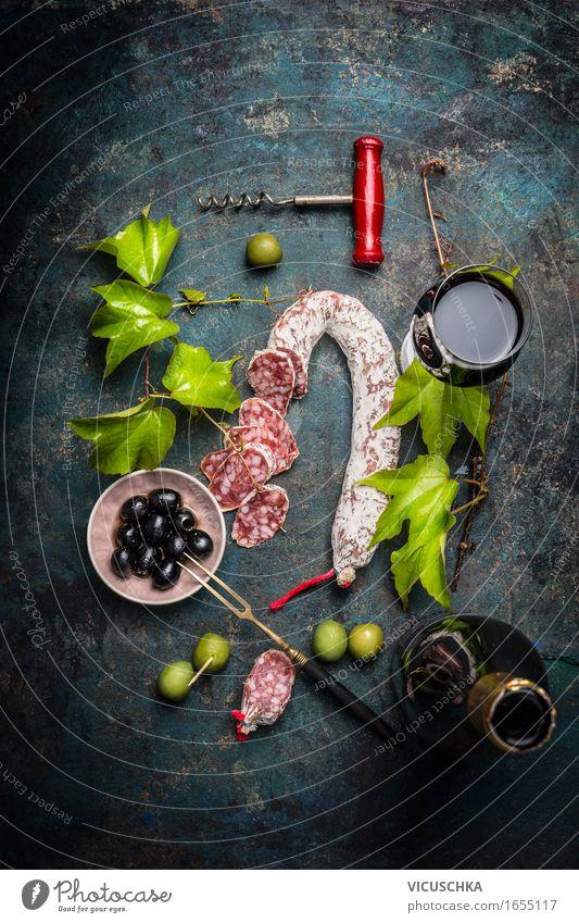 Italienisches Essen mit Salami, Rotwein, Weinblätter und Oliven Lebensmittel Wurstwaren Ernährung Mittagessen Büffet Brunch Picknick Italienische Küche Getränk