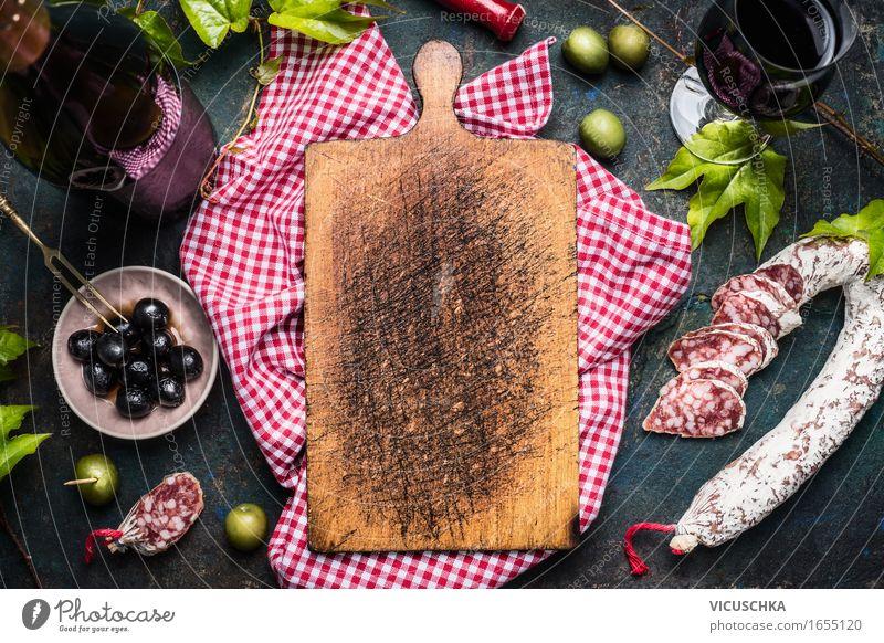 Antipasti mit Oliven , Rotwein und Salami um Schneidebrett dunkel Foodfotografie Küste Stil Lifestyle Lebensmittel Party Design Häusliches Leben Textfreiraum