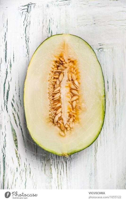 Die Hälfte der Melone mit Samen Lebensmittel Frucht Dessert Ernährung Bioprodukte Vegetarische Ernährung Diät Stil Gesunde Ernährung Sommer Tisch gelb Design