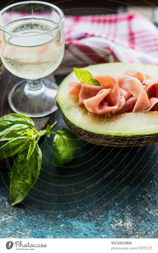 Melone mit Schinken und Glas Weißwein Lebensmittel Fleisch Frucht Kräuter & Gewürze Ernährung Mittagessen Büffet Brunch Festessen Bioprodukte