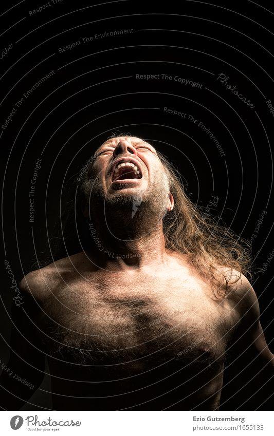 schreiender langhaariger Mann mit nacktem Oberkörper Mensch schwarz Gesicht Erwachsene Kopf maskulin dreckig Körper Kraft verrückt 45-60 Jahre Mund Sehnsucht