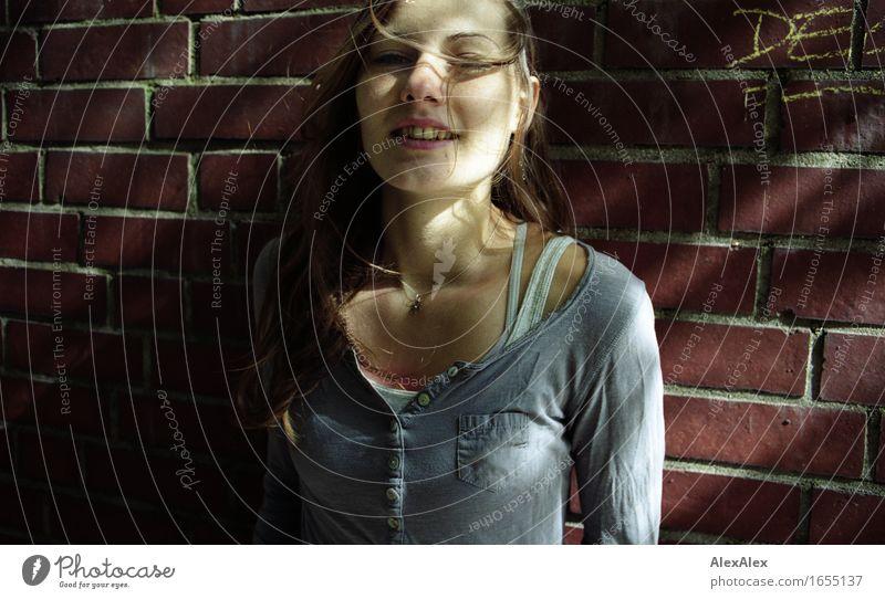 frei Freude Junge Frau Jugendliche Gesicht 18-30 Jahre Erwachsene Schönes Wetter Mauer Hemd brünett langhaarig Stein Lächeln lachen stehen ästhetisch
