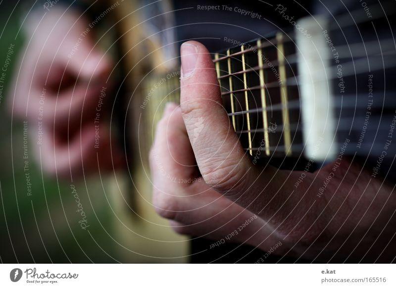 Handspiel Gitarre Gitarrenspieler Gitarrengriff Gitarrensaite Musiker Musikinstrument Gitarre spielen Bewegung Finger Farbfoto Makroaufnahme Dämmerung