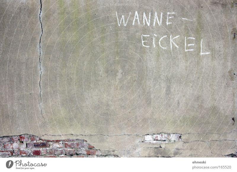 Wanne-Eickel alt Wand Mauer trist Schriftzeichen kaputt verfallen Backstein Verfall trashig Ruine schäbig Typographie Putz Ruhrgebiet Stein