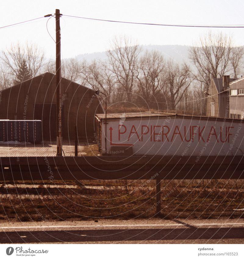 Papieraufkauf Farbfoto Außenaufnahme Menschenleer Textfreiraum unten Tag Sonnenlicht Zentralperspektive Schriftzeichen Hinweisschild Warnschild anstrengen Armut