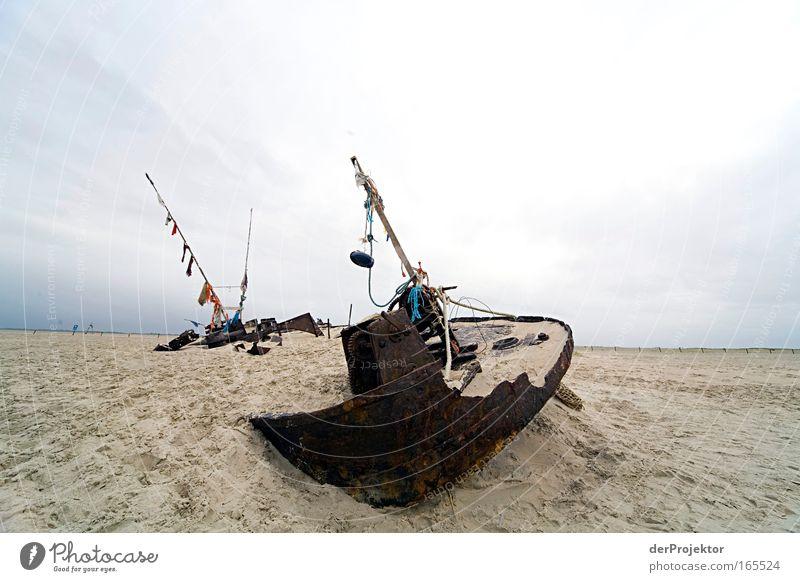 Gestrandet Farbfoto Außenaufnahme Textfreiraum links Textfreiraum rechts Textfreiraum oben Tag Totale Schifffahrt Fischerboot Seil Sand Metall Rost