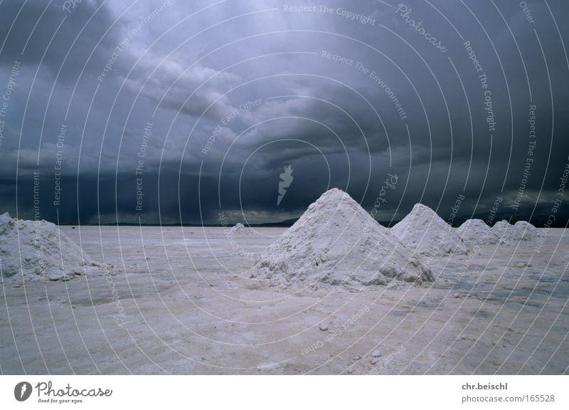 Salzkegel bei Uyuni Himmel Natur weiß blau Ferien & Urlaub & Reisen dunkel Landschaft Umwelt grau Stimmung Wetter Erde Horizont bedrohlich Urelemente Wüste