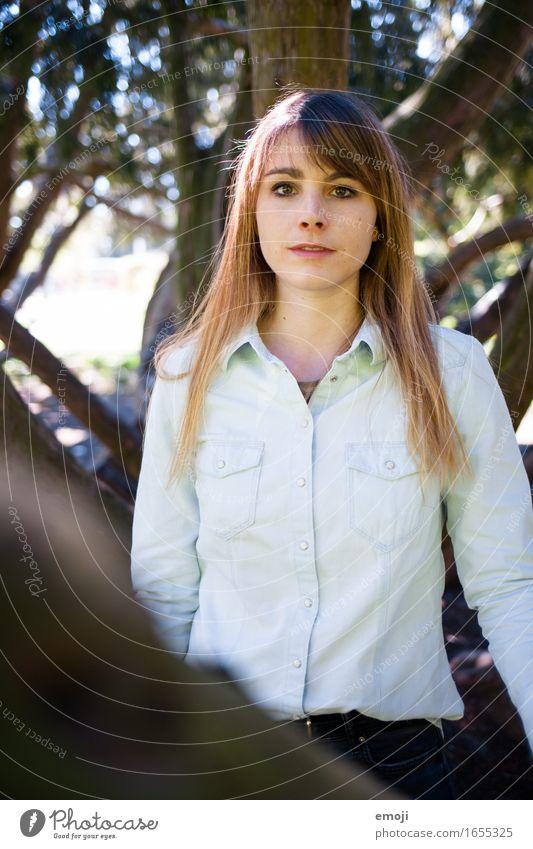 Portrait feminin Junge Frau Jugendliche 1 Mensch 18-30 Jahre Erwachsene Schönes Wetter schön Farbfoto Außenaufnahme Tag Schwache Tiefenschärfe Oberkörper