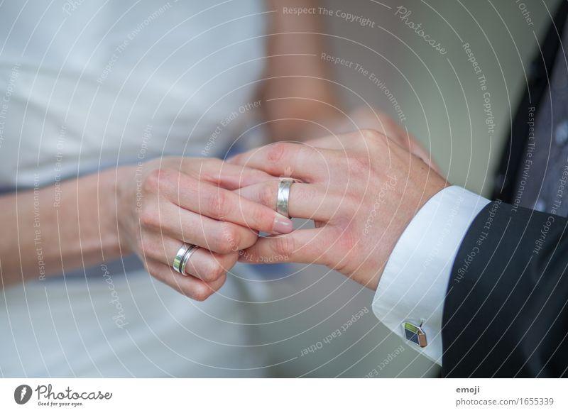 Ringtausch maskulin feminin Frau Erwachsene Mann Paar Partner Hand Finger 2 Mensch 18-30 Jahre Jugendliche Accessoire Schmuck Liebe Zukunft Zusammenhalt Ehering
