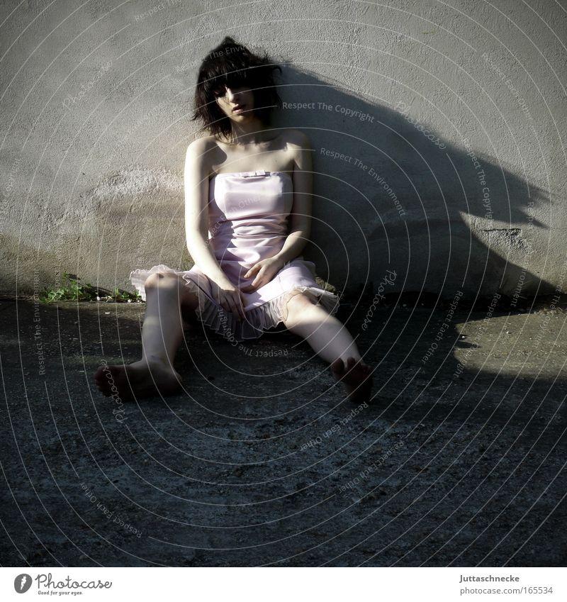 Tristesse Mensch Jugendliche Einsamkeit dunkel feminin Wand grau Traurigkeit Mauer Beine Haut Erwachsene Arme rosa Beton