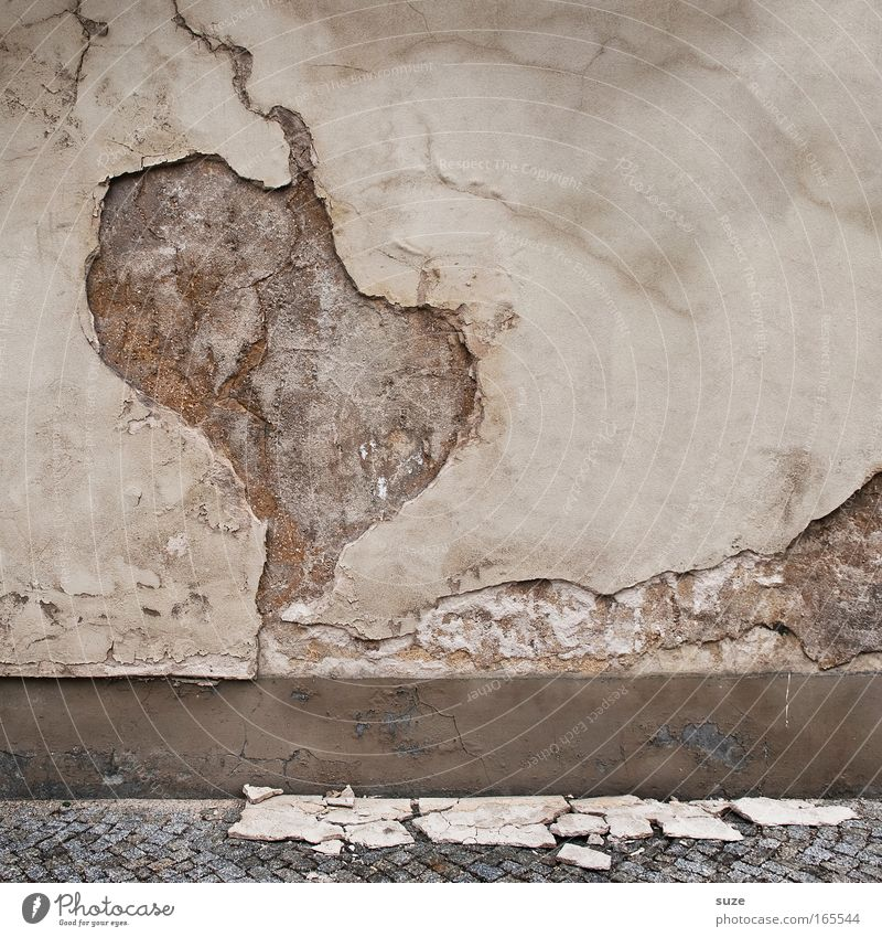 *300* Afrika alt weiß Wand Mauer grau Stein braun Fassade dreckig trist Beton kaputt Vergänglichkeit trocken verfallen Bürgersteig