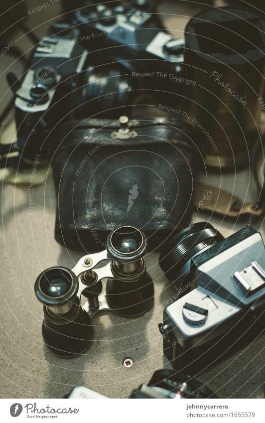 Fotoflohmarkt alt Ferne Berlin ästhetisch Tisch retro Fotografie Fernweh Fotokamera trashig Sammlung Erinnerung Nostalgie antik Wien ansammeln