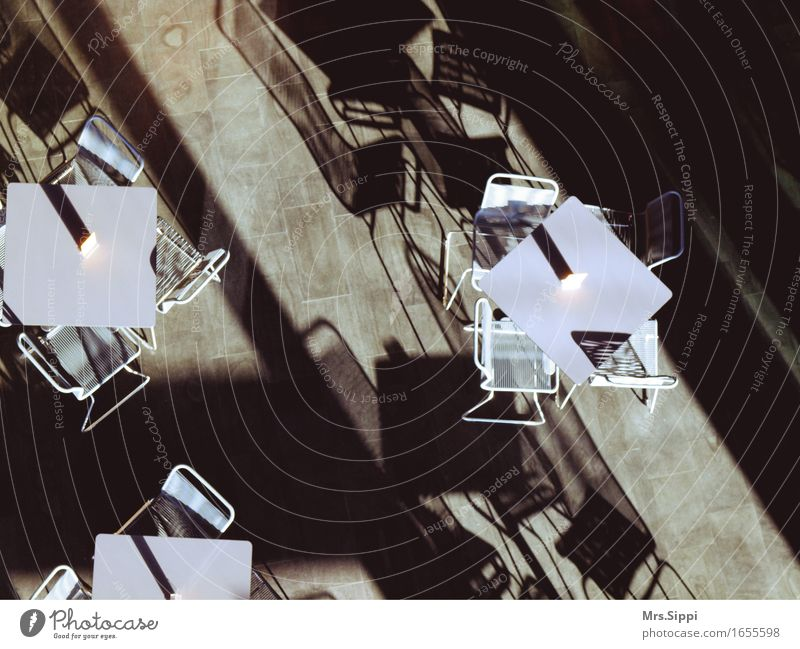 Sonneneinfall Stuhl Tisch Café kalt modern abstrakt Licht & Schatten Verzerrung Gedeckte Farben Innenaufnahme Menschenleer Textfreiraum oben Textfreiraum unten