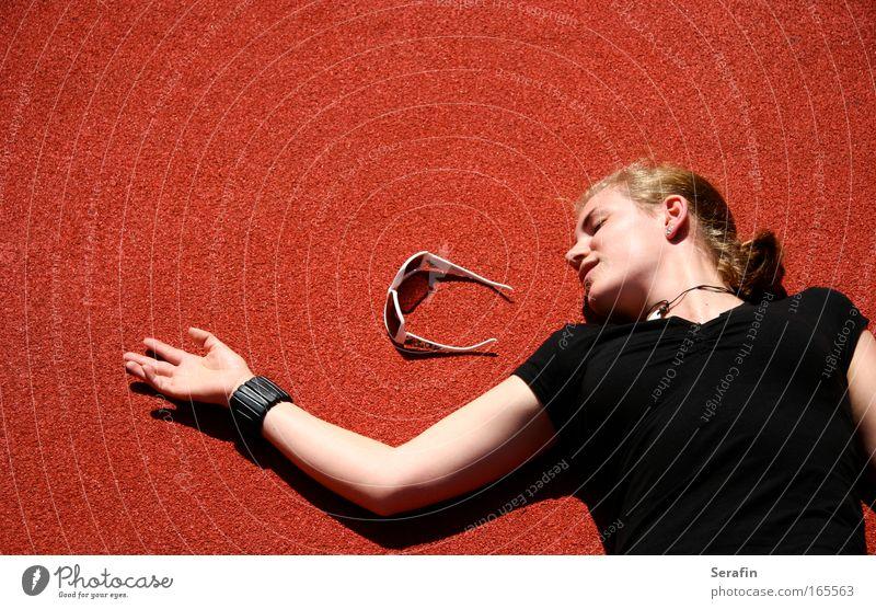 SonnenTod Mensch Jugendliche rot Sommer schwarz feminin Stil Tod Erwachsene Design einfach liegen Sonnenbrille Brille Junge Frau 18-30 Jahre