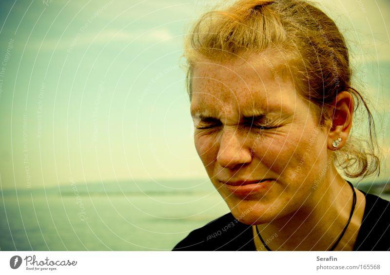 Ein Tag am See Farbfoto Außenaufnahme Nahaufnahme Textfreiraum links Starke Tiefenschärfe Zentralperspektive Porträt geschlossene Augen Stil Mensch feminin