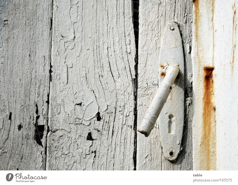 come in alt weiß schwarz Haus Wand Holz Stein Mauer Metall braun Tür kaputt Sicherheit Häusliches Leben Vergänglichkeit einfach