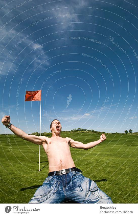 yeah - EINGELOCHT ! Farbfoto Außenaufnahme Experiment Textfreiraum oben Totale Weitwinkel Blick nach vorn Freude Freizeit & Hobby Spielen Minigolf Sport
