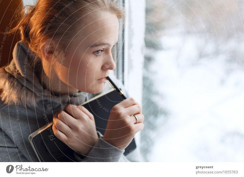 Junges Mädchen in tiefe Gedanken Gesicht Winter Wohnung Schüler Student Büro Business Mensch Junge Frau Jugendliche Erwachsene 1 18-30 Jahre Wärme Behaarung