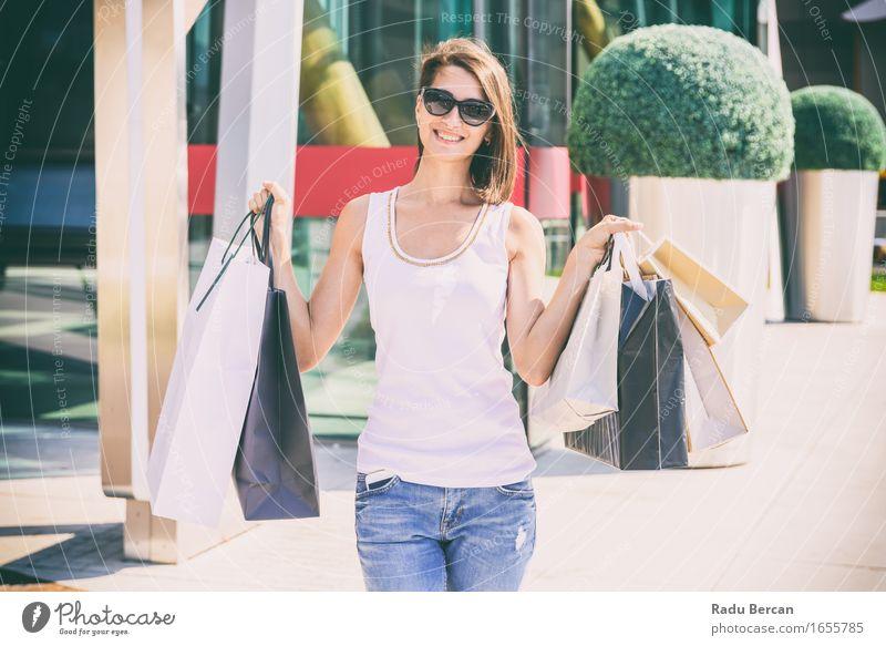 Glückliche junge Frau, die Einkaufstaschen hält Lifestyle kaufen Reichtum elegant Stil Freude Ferien & Urlaub & Reisen Tourismus Sommer Sommerurlaub Mensch