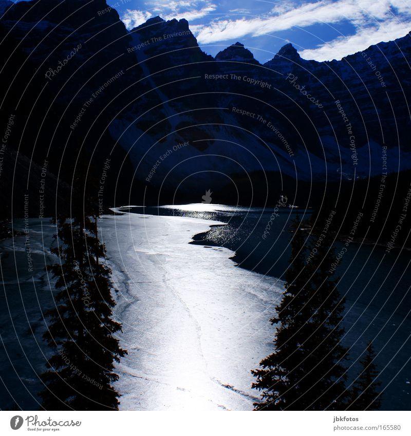 berge wasser berge und nen paar baeume Gedeckte Farben Außenaufnahme Experiment abstrakt Menschenleer Textfreiraum oben Textfreiraum Mitte Tag Abend Licht