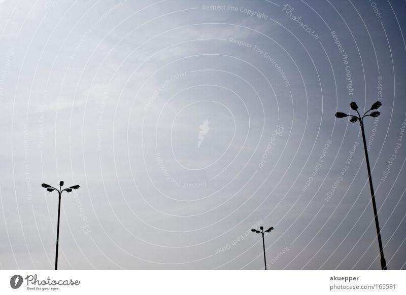 Textfreiraum oben Farbfoto Tag Silhouette Weitwinkel Straßenkreuzung ästhetisch schön blau