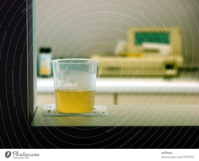 nich mein bier! | urologie gelb Gesundheit Gesundheitswesen Blase schwanger Krankenhaus Becher Labor untersuchen Urin Ausscheidungen Diagnostik Niere