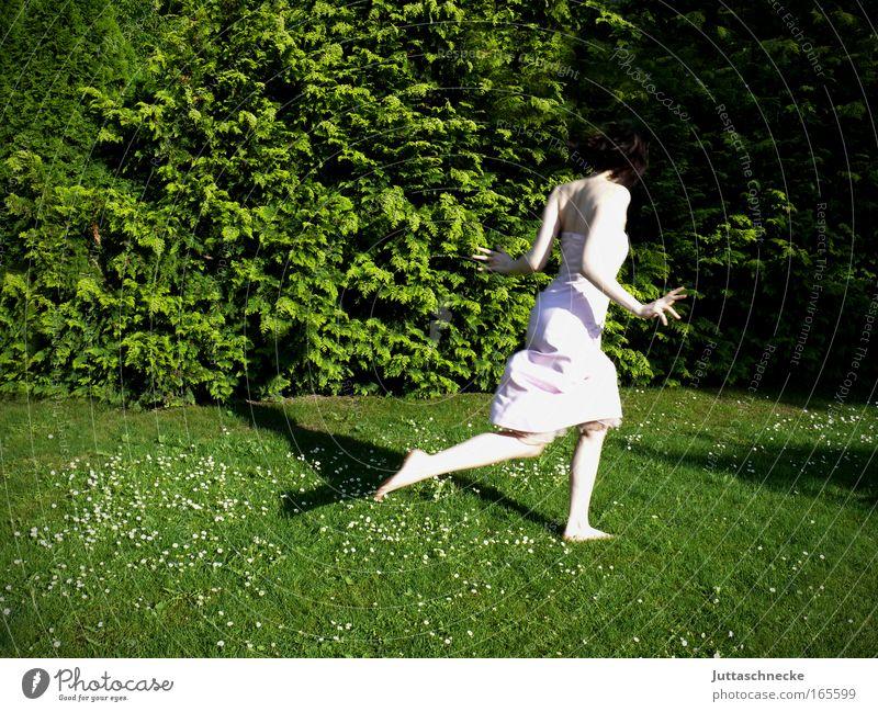 Ich hab´s eilig Farbfoto Außenaufnahme Textfreiraum links Tag Schatten Sonnenlicht Ganzkörperaufnahme Rückansicht Leben Freiheit Sommer Garten feminin
