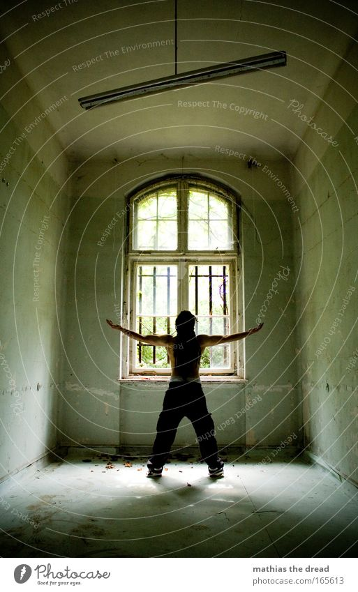 FRÜHSPORT Mensch Jugendliche Erwachsene Fenster dunkel Wand Architektur Haare & Frisuren Mauer Lampe Innenarchitektur Rücken Arme Haut maskulin 18-30 Jahre