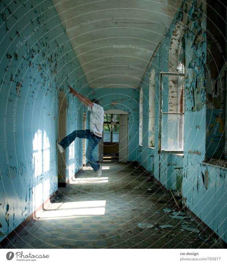 An die Decke gehen, Mensch Jugendliche blau weiß Erwachsene Fenster kalt Wand Bewegung Mauer Stil Kraft dreckig wild maskulin 18-30 Jahre