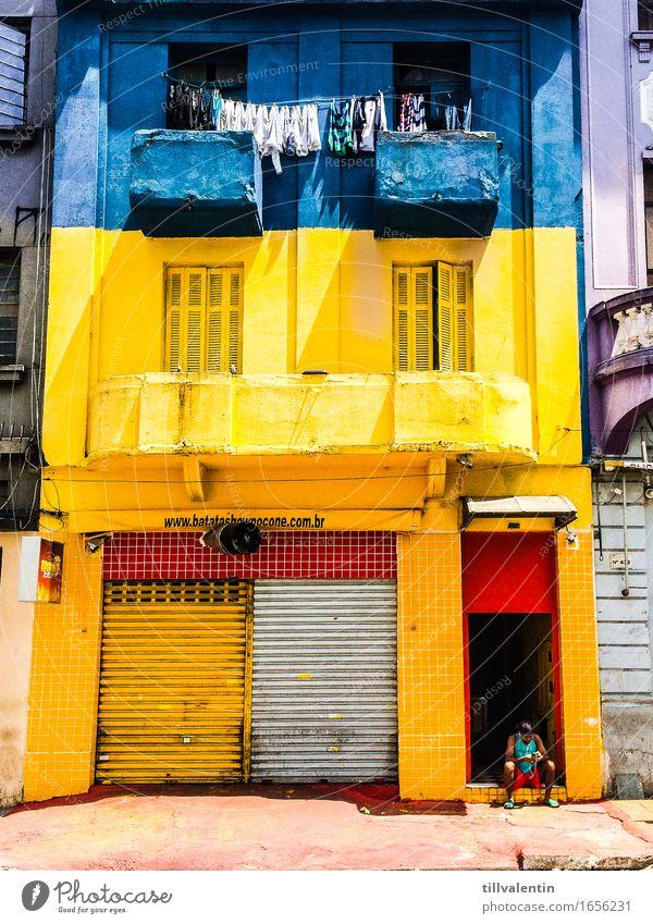 Home Sweet Home 1 Mensch sitzen Handy blau gelb Haus Wäsche Wäscheleine Fenster Ladengeschäft geschlossen Balkon Brasilien São Paulo Fliesen u. Kacheln