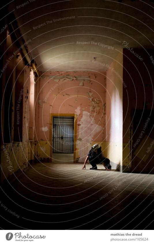 PRETTY IN PINK Mensch Mann Einsamkeit Erwachsene Fenster Wand Architektur Mauer Linie Tür rosa Arme warten maskulin Hoffnung Fabrik