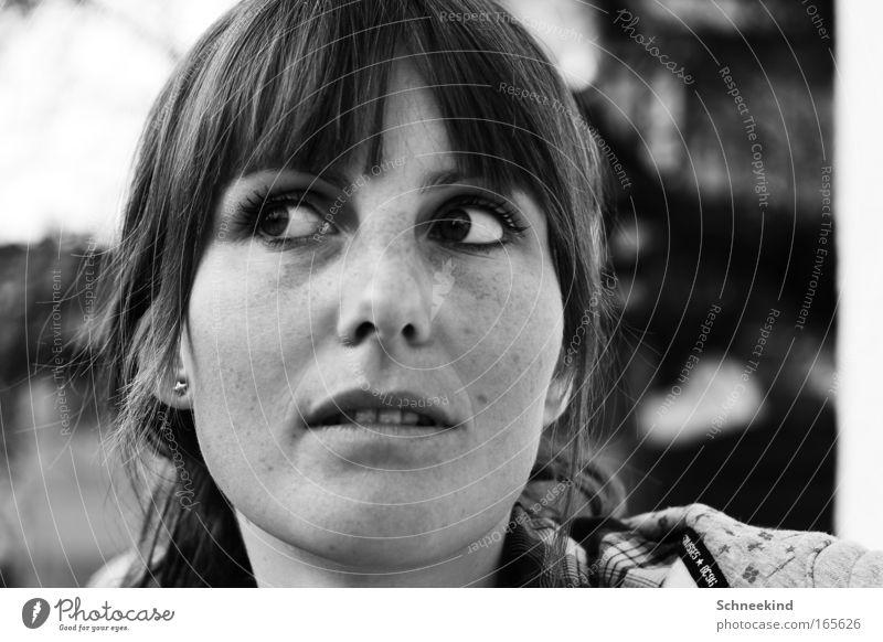 Meine Liebe Schwarzweißfoto Außenaufnahme Tag Sonnenlicht Schwache Tiefenschärfe Zentralperspektive Totale Porträt Vorderansicht Wegsehen schön feminin