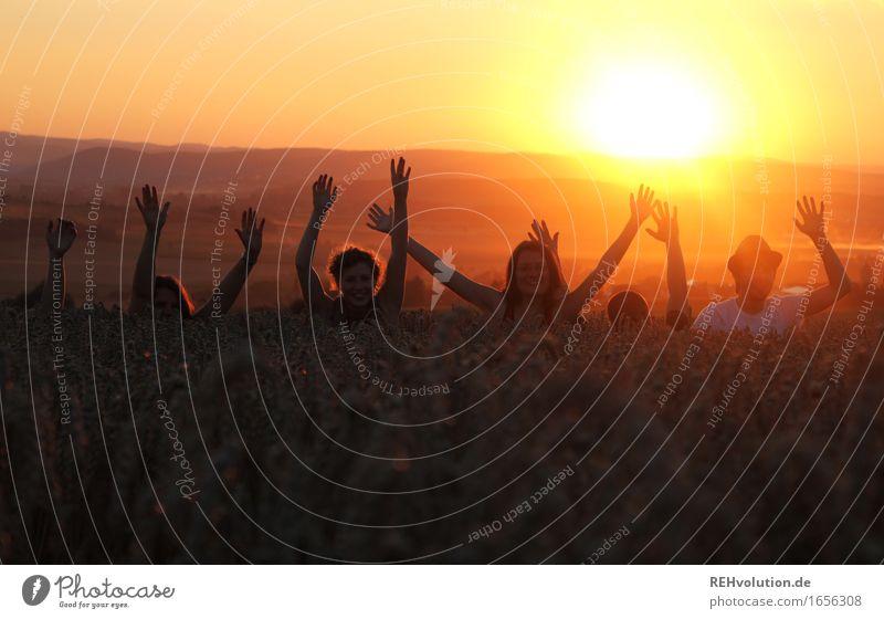 und jetzt alle ma winken ... Mensch Hand 6 Menschengruppe 18-30 Jahre Jugendliche Erwachsene Umwelt Natur Sonne Sommer Schönes Wetter Feld frei Freundlichkeit