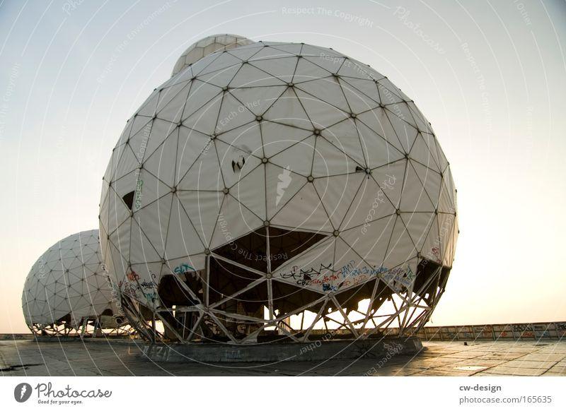 ECHELON alt dreckig Architektur kaputt Denkmal Bauwerk Ruine Wahrzeichen hässlich Stadtrand Observatorium Satellitenantenne