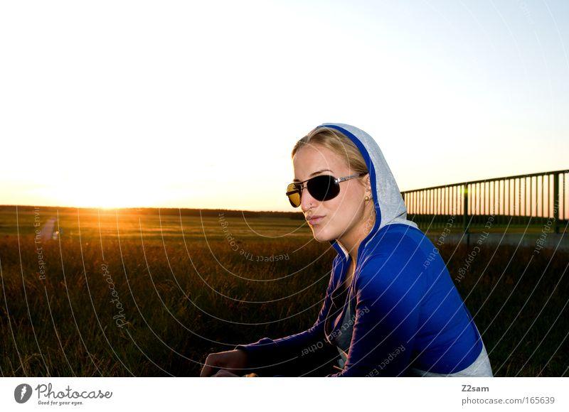 sonnenschein Mensch Natur Jugendliche schön Himmel Erholung feminin Freiheit Glück Landschaft Zufriedenheit blond Erwachsene Brücke Brille Coolness