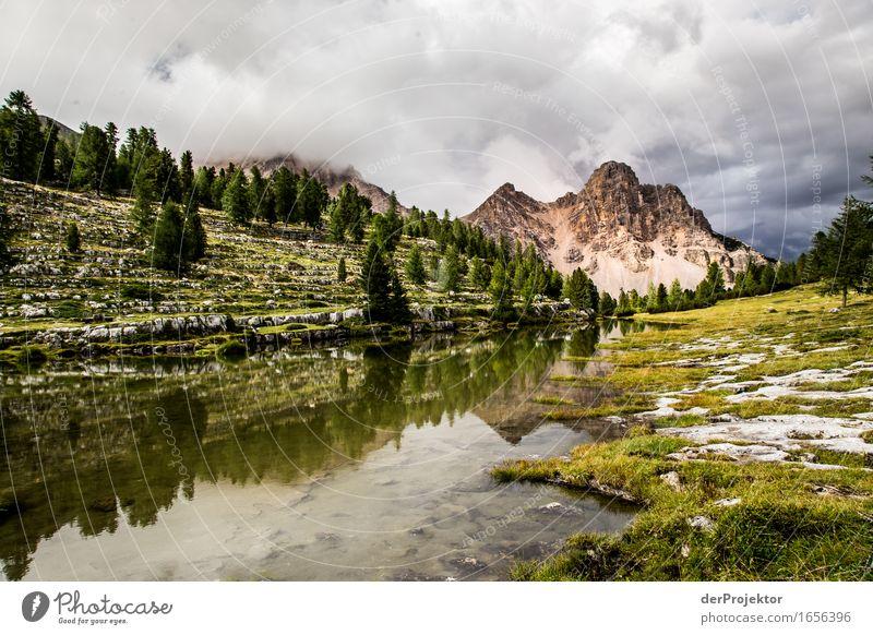 Spiegelung eines Berges in den Dolomiten II Zentralperspektive Starke Tiefenschärfe Sonnenstrahlen Sonnenlicht Lichterscheinung Silhouette Kontrast Schatten Tag