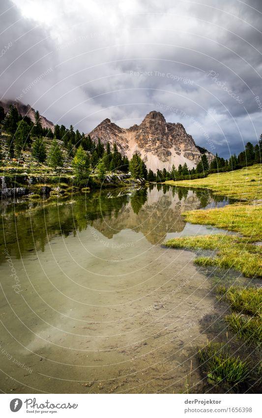 Spiegelung eines Berges in den Dolomiten III Zentralperspektive Starke Tiefenschärfe Sonnenstrahlen Sonnenlicht Lichterscheinung Silhouette Kontrast Schatten