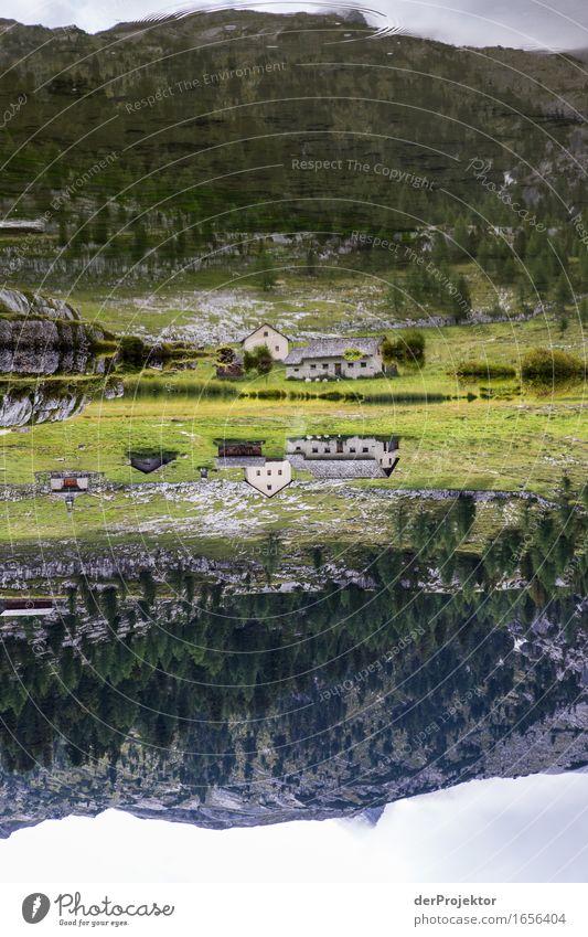 Spiegelung einer Alm in den Dolomiten Zentralperspektive Starke Tiefenschärfe Sonnenstrahlen Sonnenlicht Lichterscheinung Silhouette Kontrast Schatten Tag