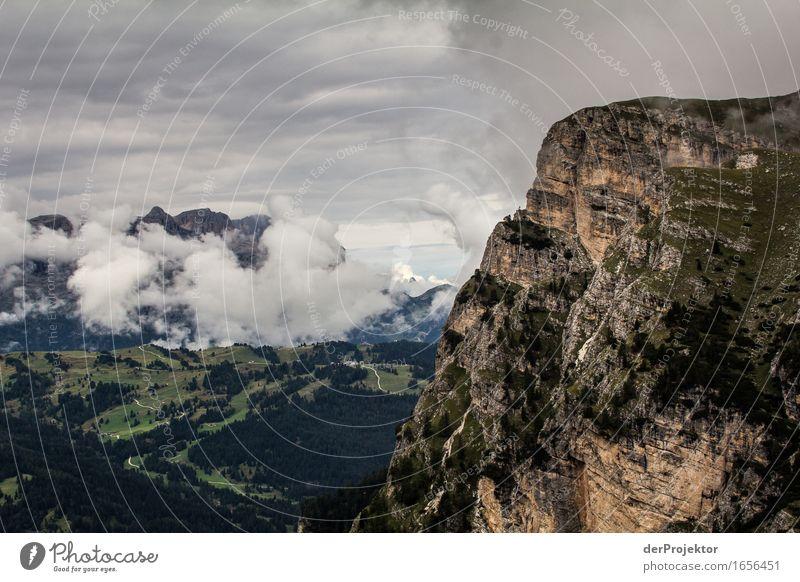 Wolkige Aussicht in den Dolomiten Zentralperspektive Starke Tiefenschärfe Sonnenstrahlen Sonnenlicht Lichterscheinung Silhouette Kontrast Schatten Tag