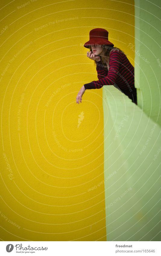 one more Farbfoto mehrfarbig Außenaufnahme Textfreiraum links Tag Weitwinkel Oberkörper Blick nach vorn Mensch feminin Junge Frau Jugendliche Erwachsene 1