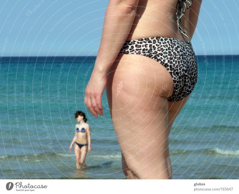 Jugend im Blick Frau Mensch Meer blau Sommer Strand Ferien & Urlaub & Reisen Erotik Erholung feminin Beine Zufriedenheit Körper Haut Erwachsene